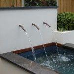 Moderne vijver met waterval