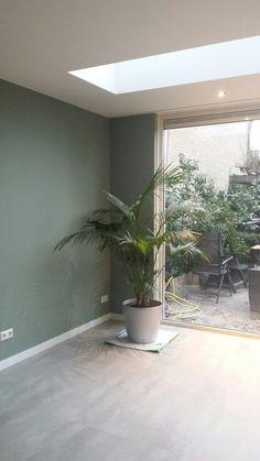 Prachtige kleur Castle Grey op de muur. Zeker met het licht van de lichtstraat en de grijze pvc vloer