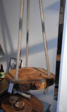 Hangende houtschijf, tafeltje.  Van Nederlands hout, gecombineerd met gerecycled scheepstouw.   www.hethoutje.nl
