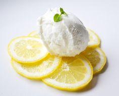 Ein erfrischendes Sommerdessert gelingt mit diesem Rezept. Das saftige Zitronensorbet schmeckt an heißen Tagen köstlich.