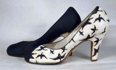 AVAILABLE AT RPVINTAGE.COM - BIRD MOTIF EMBROIDERED LINEN TWO TONE LATE 1940's VINTAGE PUMPS - ANDREW GELLER - ESTIMATED SZ. 8-8 1/2