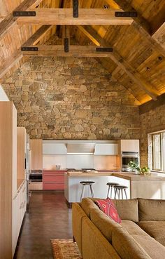 Contemporary island in white and cabinets combined with a captivating rustic backdrop in the kitchen [Design: Zone 4 Architects] Modern Rustic Homes, Rustic Contemporary, Kitchen Contemporary, Farmhouse Style Kitchen, Home Decor Kitchen, Kitchen Stone Wall, Stone Wall Design, Industrial Kitchen Design, Rustic Stone