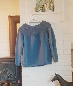 """32 likerklikk, 0 kommentarer – Kaja Kværner (@kajaelisabeth) på Instagram: """"Gavestrikk 🌟 en #ankerstrøye til vb mamma 🙌 strikket i dobbel tråd #sundaygarn fra #sandnesgarn 🤩"""" Projects, Tops, Women, Fashion, Threading, Log Projects, Moda, Blue Prints, Fashion Styles"""