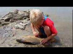 balığın öldüğüne üzülne çocuk - YouTube