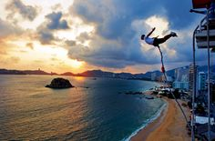Bungee en Acapulco  es para los amantes del peligro, ya que se salta de una altura de más de 50 metros solamente sostenidos por los pies con una potente banda elástica. Bungee Jumping, feel the adrenalina rush as you plunge in a free 150 feet jump, held only by the feet by a resistant and thick elastic band.