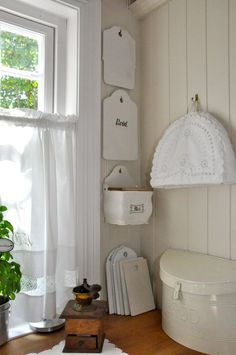 Husmannsplassen i Hidlesundet: Mitt landlige kjøkken - min side Vintage Enamelware, White Cottage, White Rooms, Beautiful Kitchens, Kitchen Storage, Vintage Kitchen, Interior Styling, Room Inspiration, Mittens