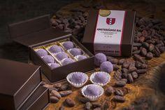 De Amsterdamse Bal. Exclusieve traktatie met Amsterdamse Bessenjenever gehuld in de fijnste Fairtrade-chocolade.