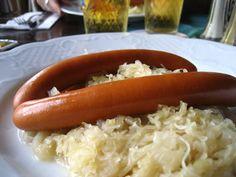"""La creación del Chucrut es disputada entre China y Alemania; este platillo es muy popular en el este de Europa y se presume que llegó desde China en la época de la invasión mongola. Hoy el chucrut es famoso en el mundo entero y la receta que actualmente se conoce proviene de la ciudad de Alsacia (Francia), que limita con Alemania y Polonia. La palabra deriva de """"sauerkraut"""" (col agria en alemán) que a su vez derivó en el vocablo francés """"choucroute"""", nombre con el cual se popularizó."""