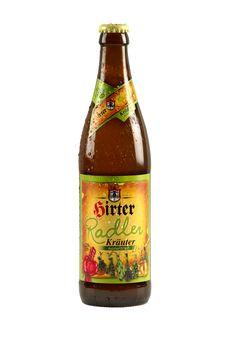 La Hirter Kräuterradler è completamente votata al gusto naturale della sua terra!È composta dalla stessa quantità di birra Hirter più volte premiata e di limonata dissetante alle erbe, la cui esatta composizione rimane un segreto del mastro birraio Hirt.Possiamo solo dire che oltre alla genziana alpina e alla salvia, in questa gustosa ricetta anche il sambuco locale gioca un ruolo molto importante. Tra gli altri ingredienti, il coriandolo e lo zenzero (che si dice abbia anche un effetto ...