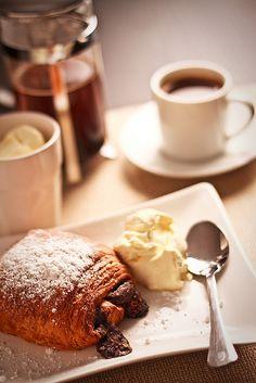 du cafe et un petit pain au chocolat