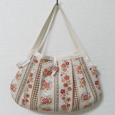 「グラニーバッグの作り方」裁縫初心者さんでもカンタンに作れる グラニーバッグです。[材料]バッグ用生地(表地)/バッグ用生地(裏地) /ボタン/レース/紐/綿テープ/ウッドビーズ