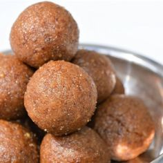 Wheat laddu Healthy (no ghee, no sugar) Upgrade My Food - Ayurveda Rezepte Indian Dessert Recipes, Healthy Dessert Recipes, Sweets Recipes, Indian Sweets, Diabetic Desserts, Healthy Snacks, Snack Recipes, Eggless Desserts, Healthier Desserts