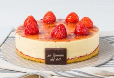 Chantilly alla fragola: soft semifreddo of cream and strawberry sponge cake with fresh strawberries Chantilly. Strawberry Sponge Cake, Chantilly Cream, Fresh Cream, Confectionery, Pastries, Strawberries, Cheesecake, Sweet, Desserts