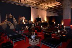 Soirée Pirates! Des tables basses noires éclairées aux bougies, des cageots et des sacs de de blé et un sol rouge, tout est prêt pour recevoir vos invités. N'oubliez pas de leur servir du rhum !  Nous imaginons des solutions clé en main pour vos soirées d'entreprise. #entreprise #évènement #thème #réalisation #conception #suisse   Référence: soirée à thème