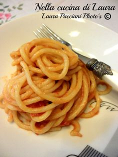 I pici all'aglione sono un primo piatto toscano. In realtà i pici si trovano in quella zona della Toscana in cui io abito che si chiama Valdichiana