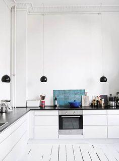 Hvide vægge, lige linjer og klassisk design bliver brudt af farverige indslag i arkitektparret Sara Giese Camre og Robert Warren Paulsens kreative hjem på Frederiksberg.