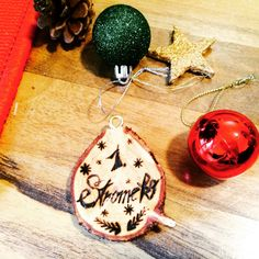 Jednoduchá ozdoba ze stromečku   Kreativní Brabec Christmas Bulbs, Holiday Decor, Christmas Light Bulbs