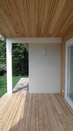 Simple wooden deck scandinavian style on a small house. By HOEB architectuur & interieur