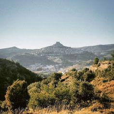 #meteovacaciones #meteocv Cielo azul esta tarde en el interior de #Castellón. En la foto: #Morella en el horizonte. Esta madrugada será calurosa en muchos puntos de la Comunidad. En Els Ports la mínima rondará los 16/19 grados centígrados. Aún se dormirá bien. by meteovision.es
