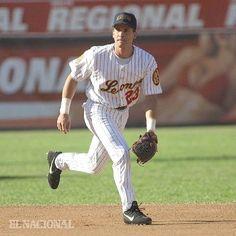 Omar Vizquel, jugador de los Leones del Caracas, en su juego de despedida. Caracas, 01/12/2002 (Henry Delgado / ARCHIVO EL NACIONAL)