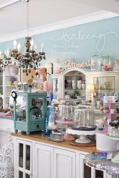 Vintage Bäckerei-Elemente wie die Kuchenhauben und die kleine Vitrine mit einbauen für toys (Präsentation und hervorheben von einzelstücken als blickfang im regal, damit die leute einzelne punkte haben, die sie genau betrachten)