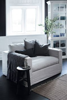 Loveseat... I love it! Beautiful style!