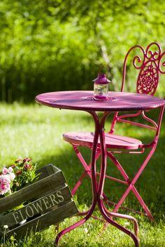 Cozy place in garden** Garden Deco, Love Garden, Bordeaux, Garden Furniture, Outdoor Furniture Sets, Murs Roses, Weekend Cottages, Raspberry Tea, Grandmas Garden