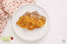 Carne en bisteck. Receta tradicional de la cocina colombiana, con medallón de res parrillado y salsa de tomates frescos, cebolla cabezona y comino molido.