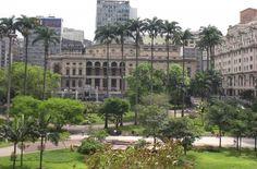 """Fãs de ruas, aulas históricas, conhecimento biológico e curiosidades podem aproveitar um dos roteiros de caminhadas que acontecem no centro da cidade de São Paulo. Uma das opções é a """"Caminhada Noturna"""" que surgiu, em 2006, como uma iniciativa de comerciantes e lideranças locais de participar e ajudar na recuperação da região. O passeio é...<br /><a class=""""more-link"""" href=""""https://catracalivre.com.br/geral/urbanidade/indicacao/roteiro-de-caminhadas-por-pontos-de-sampa/"""">Continue lendo »</a>"""