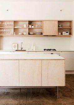 Cuisine en contreplaqué // Hëllø Blogzine blog deco & lifestyle www.hello-hello.fr #contreplaque #plywood Plywood Kitchen, Kitchen Benches, Interior Design Tips, Interior Design Kitchen, Modern Spaces, Country Kitchen, Decorating Kitchen, Kitchen Decor, Credenza