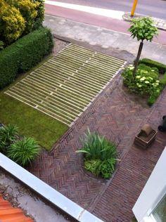 Parkeerplaats gemaakt van omgekeerd tweedehands veerooster Outdoor Planters, Outdoor Decor, Outside Living, Parking, Urban Landscape, Pavement, The Great Outdoors, Exterior Design, Interior Architecture
