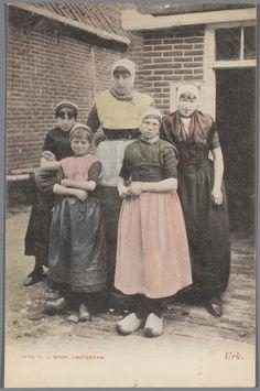 Vrouw en vier meisjes in Urker streekdracht. 1862-1905 #Urk
