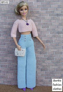 Resultado de imagem para crochet barbie doll clothes for beginners Moda Barbie, Barbie Top, Barbie Style, Barbie Dress, Barbie Clothes Patterns, Crochet Barbie Clothes, Doll Clothes Barbie, Crochet Dolls, Cute Pants Outfits