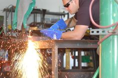 Vice president of sales for @MagneGas using #MAGNEGAS2 to cut through 2-in. plate.  http://weldingproductivity.com/article/a-new-way-to-fuel/