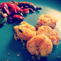 Gamberoni al curry che tra poco si tuffano in un mare di caponata!