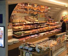 上部にミラーが張られたパン屋さん