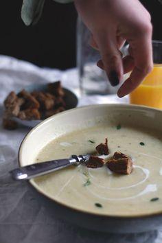 Rezept für eine einfache Pastinakensuppe. Selbst gemachte cremige Pastinakensuppe mit Kartoffeln. Eine einfache Suppe, die schnell gemacht ist. Jetzt das Pastinakenrezept ausprobieren.