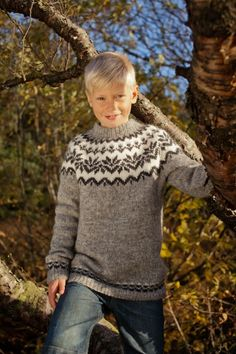 DIY knitting kit Icelandic sweater in grey w/snowflakes kids yrs // Knit your own pullover lopapeysa sweater with Ístex lett lopi yarn! Diy Knitting Kit, Knitting Paterns, Knitting For Kids, Knitting Designs, Free Knitting, Baby Knitting, Jumper Patterns, Knit Patterns, Norwegian Knitting