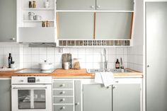 Tidstypiska snedskåp och kryddhyllor Kitchen Interior, Home Interior Design, Vintage Oven, Kitchen Dining, Kitchen Decor, Retro Apartment, Stylish Kitchen, Kitchen Colors, Kitchen Styling