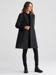 Cozy and light. A soft alpaca coat, with a notched collar for modern flair.
