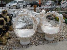 Plastový kvetináč v tvare košíka.