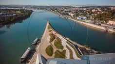 https://flic.kr/p/x8TL4F | Pointe de la Confluence à Lyon | Photographie par drone de la pointe de la Confluence à Lyon, prise à l'extrémité Sud du Musée de la Confluence où l'on voit des péniches et la sculpture ONLYLYON qui accueille les automobilistes de l'A7 avant leur entrée prochaine dans le tunnel de Fourvières.