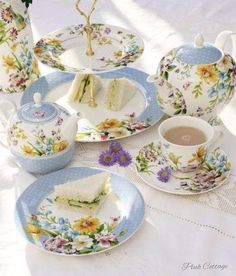 Pretty tea set, perfect for afternoon tea. Tea For One, My Cup Of Tea, Vintage China, Vintage Tea, Tea Cup Saucer, Tea Cups, Afternoon Tea Parties, Teapots And Cups, Tea Service
