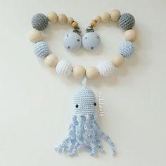 Kinderwagenkette @sternchen_di pram chain my own pattern #diy #häkelnisttoll #häkeln #baby #schwanger #babygeschenk #amigurumi #mommytobe #momtobe #pregnant #babygirl #babyboy #craftastherapy #handmade #crochet #crochetlove #crochetaddict #idalinocrochet #babygift #instamum #instababy #instacrochet #babybump #crochetinspiration #octopus #kinderwagenkette #virka #haken #schnullerkette #greifling