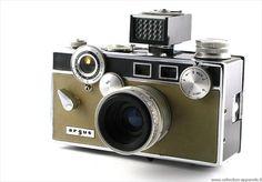 その物自体が芸術作品のように美しいアンティークカメラや、珍しいビンテージカメラのデジタルカタログ「Collection Appareils」を制作した、フランスのカメラコレクター Sylvain Halgand さん。1999年から約15年掛けて、こつこつと10,000点以上をカタログに収めたそうだ。