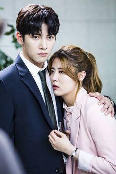 '수상한 파트너' 지창욱이 남지현 관리에 나섰다. 지창욱이 남지현에게 전화를 건 사람이 누군지 알아내기 위해 '귀 밀착 엿듣기' 신공을 발휘한 모습이 포착 된 것. SBS 수목 드라...