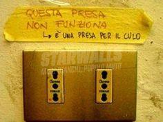 Star Walls - Scritte sui muri. Italian Memes, Italian Quotes, Wall Writing, Stupid Jokes, Star Wall, Funny Times, Thug Life, Just Smile, Good Mood