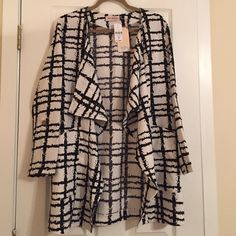NWT LF Black and White Oversized Flowey Blazer NWT LF Black and White Oversized Flowey Jacket - still has tags - super cute and trendy!! LF Jackets & Coats Blazers