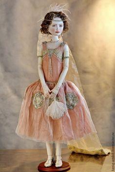 :: Crafty :: Doll :: Перчатки, веер, шлейф, перья в прическе - все согласно Протоколу. Платье украшено антикварными вышивками из канители