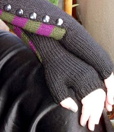 Free+Knitting+Pattern+-+Fingerless+Gloves+&+Mitts:+Slither+Gauntlets